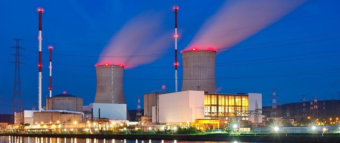 Planta de energía con luces rojas de intensidad media en la noche