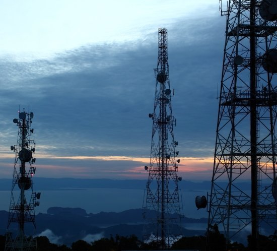 Las torres de comunicaciones de radiodifusión a menudo tienen interferencia EMI o RF