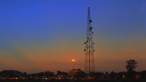 luces dobles de obstrucción torre puesta de sol