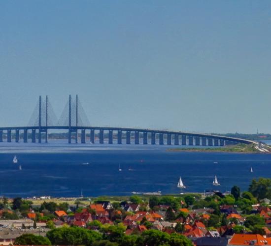 Iluminación del puente de Oresund en la frontera de Suecia y Dinamarca