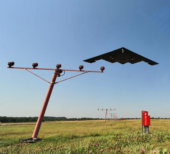 El sistema de iluminación de aproximación del aeropuerto FTS 800 garantiza que B-2 y otras aeronaves adquieran de manera segura la pista AFB de Whiteman.