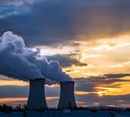 Las torres hiperbólicas de enfriamiento en la Planta Generadora de Limerick están marcadas por los sistemas de iluminación de torre de alta intensidad FTB 205