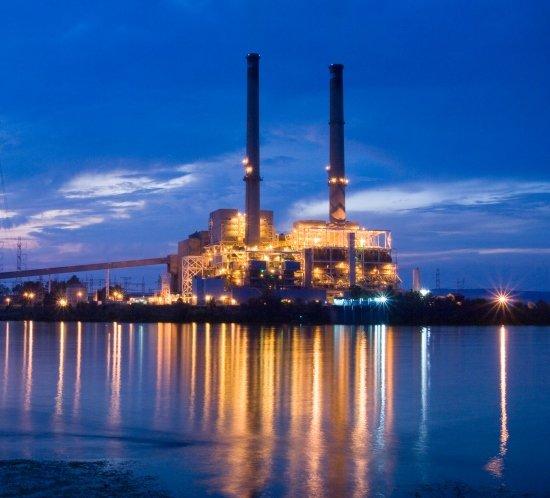 La planta de energía de Widows Creek en Alabama está iluminada por 10 sistemas de iluminación de obstrucción de alta intensidad FTB 205 controlados por un FTC 121