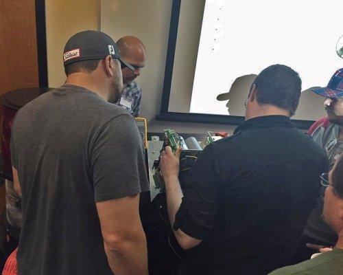 El soporte técnico demuestra la resolución de problemas del controlador en Franklin, TN