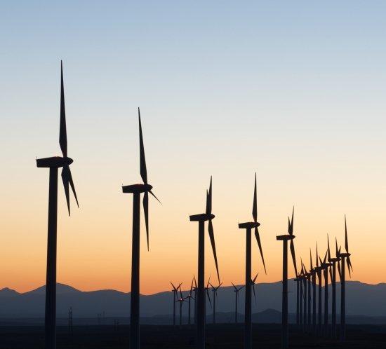 El parque eólico de Amazon en Texas está iluminado por el sistema de iluminación de turbina eólica FTS 370i